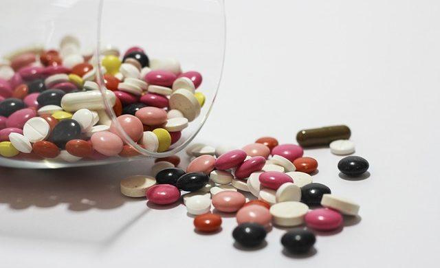 różne tabletki na trądzik